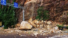 Mưa lớn, núi Bà Hỏa giữa TP Quy Nhơn sạt lở khiến 3 người bị thương