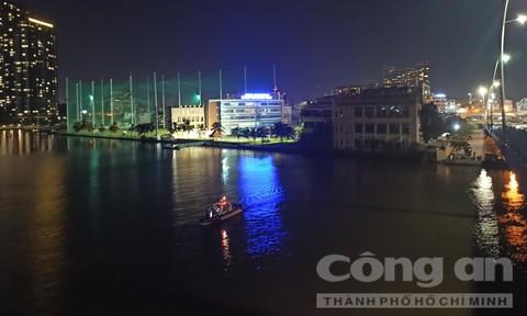 Cảnh sát CNCH TPHCM ngâm mình dưới sông tìm người nhảy cầu tự tử