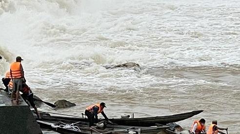 7 người mắc kẹt giữa dòng Thạch Hãn được đưa vào bờ (cập nhật)