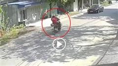 Người đàn ông bất ngờ lao thẳng vào đầu ô tô, ngã văng xuống đường