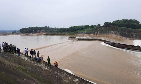Tàu chở đoàn của PGĐ sở gặp nạn trên sông Thạch Hãn, 1 chủ doanh nghiệp mất tích