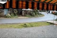Clip kinh hoàng xe ô tô ôm cua lấn làn húc bay người đi xe máy ở Lâm Đồng