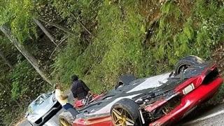 Đâm vào vách núi, Ferrari 'phơi bụng' bên đường