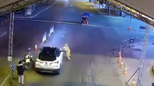 Tạm giữ tài xế đâm trực diện cảnh sát giao thông ở chốt kiểm soát COVID-19