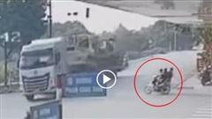 Khoảnh khắc xe máy 'kẹp 3' vượt đèn đỏ, tông trực diện xe sơ mi rơ-moóc