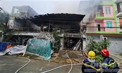 Phun nước từ nhiều hướng dập tắt đám cháy kho hàng tại TPHCM