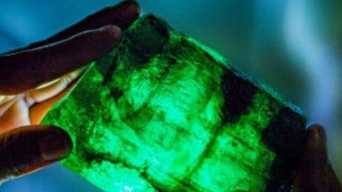Chuyên gia mừng quýnh khi đào được cục đá 'xanh như tàu lá' - Là thứ được săn lùng mạnh