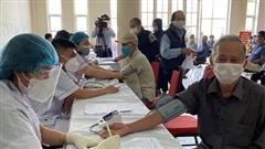 Bùng dịch, TP Nam Định quyết phủ vaccine mũi 1 cho người trưởng thành