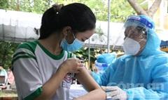 Loạt ảnh những học sinh đầu tiên ở TPHCM được tiêm vắc xin ngừa COVID-19