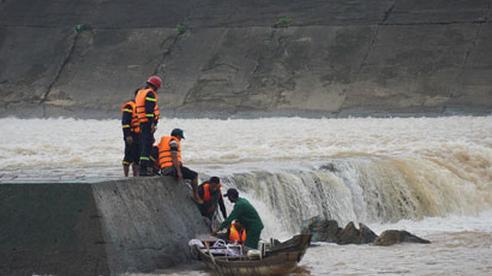 Nhiều tỉnh miền Trung nỗ lực tìm người bị lũ cuốn trôi