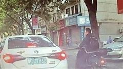 Camera giao thông: Ném rác xuống đường, tài xế bị dạy cho bài học