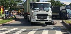 TPHCM: Container va chạm với xe máy, 1 người tử vong