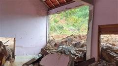 Sau tiếng nổ, nhiều tấn đất đá làm sập nhà dân