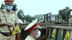 Dán phản quang cho xe công nông để giảm nguy cơ tai nạn giao thông