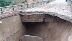 Quảng Nam: Đường dẫn vào một cây cầu sạt lở sâu hơn 3m
