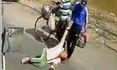 Clip người đàn ông chặn đầu container ăn vạ, bị lôi vào lề đường