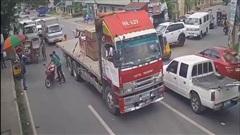 Video: Người đàn ông thoát chết trong gang tấc trước bánh xe đầu kéo