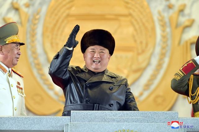 Clip: Toàn cảnh lễ duyệt binh khoe 'Vũ khí mạnh nhất thế giới' của Triều Tiên