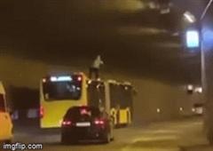 Thót tim chứng kiến nam thanh niên trèo lên nóc xe khách đang chạy để nhún nhảy