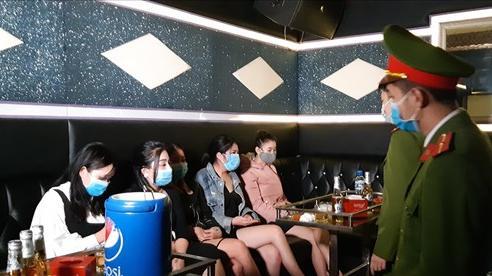 Quảng Ninh: Đột nhập quán karaoke, bắt quả tang 6 'tay vịn' đang hát say sưa với khách giữa mùa dịch COVID-19