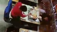 Khoảnh khắc nồi cá nướng bất ngờ phát nổ khi hai thực khách đang ăn