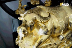 Bộ tượng trâu mạ vàng hàng trăm triệu hút khách dịp Tết