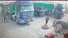 Lốp xe nổ tung khi đang bơm, bay thẳng về phía nam công nhân