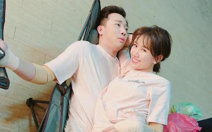 Hari Won thản nhiên nằm ngửa lên người chồng chụp ảnh, nhưng biểu cảm của Trấn Thành mới đáng nói