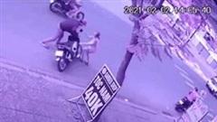 Cô gái lao nhanh ra chặn đầu khiến tên trộm vứt xe bỏ chạy cùng đồng bọn
