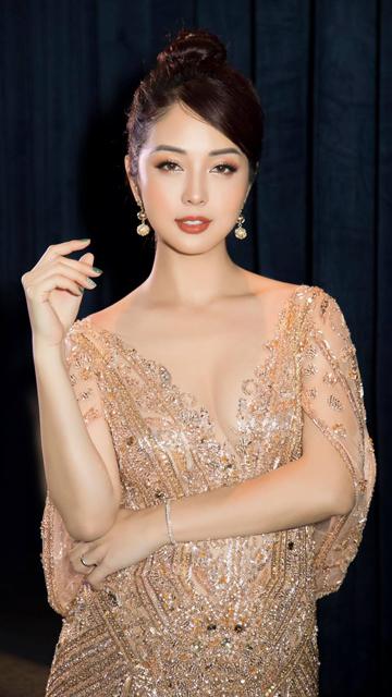 Vẻ quyến rũ tuổi 36 của hoa hậu Việt đình đám, đã làm mẹ 4 con