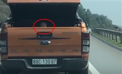 Video: Xôn xao xe bán tải chở trẻ em trong cốp xe trên đường quốc lộ