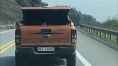 Xe bán tải chở trẻ nhỏ trong cốp chạy băng băng trên đường Quốc lộ
