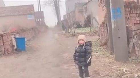 Bé 2 tuổi đứng cổng làng chờ bố mẹ về quê ăn Tết, dân mạng xót xa