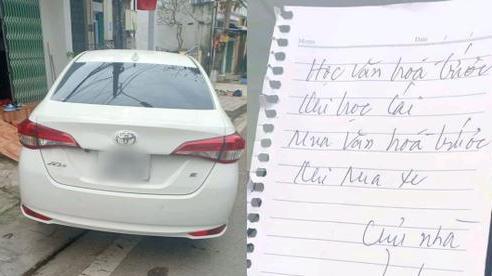 Bị xe đỗ chắn cửa, chủ nhà viết lời nhắn 'cực gắt' nhưng nhìn hiện trường dân mạng lại nghĩ khác