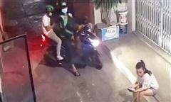 Clip cô gái giằng co khiến 2 tên cướp giật điện thoại bỏ chạy