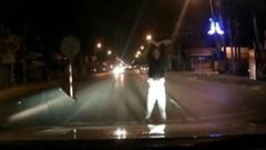 Thanh niên nhảy múa chặn đầu ô tô giữa đêm và cái kết