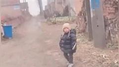Khoảnh khắc bé đứng cổng làng chờ bố mẹ về Tết gây 'bão' mạng