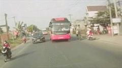 Khoảnh khắc xe khách lấn hẳn sang làn ngược chiều tông văng xe máy