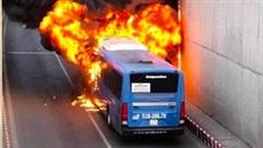 TP.HCM: Xe buýt bốc cháy dữ dội, tài xế và nhân viên may mắn thoát nạn