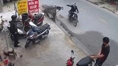 Thùng xe lôi chở sắt bị tuột, lao thẳng vào thanh niên đang rửa xe