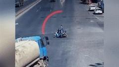 Tránh người đàn ông vượt đèn đỏ, xe bồn mất lái lộn vòng giữa ngã tư
