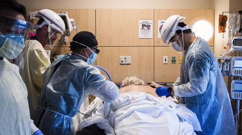 Cảm giác của người chết vì Covid-19 là như thế nào? Chỉ 2 chữ 'kinh hoàng', theo trải nghiệm của các bác sĩ trị bệnh