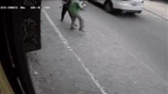 Người đàn ông mở cửa ô tô lao xuống, đuổi đánh tài xế Grab: Tình huống trước đó gây tranh cãi