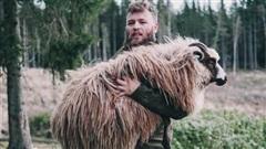 Đút túi ngon ơ gần 4 tỷ/năm với công việc đơn giản từ sáng đến chiều chỉ 'đi trực thăng và ôm cừu'