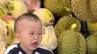 Con trai cứ đòi nghịch ngợm hoa quả trong siêu thị, mẹ cao tay nghĩ ra 1 chiêu khiến cậu bé chỉ còn nước khóc thét xin chừa