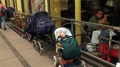 Bố mẹ bỏ con ngủ trên xe đẩy để vào nhà hàng ăn uống đã đời, hình ảnh gây phẫn nộ hóa ra là 'chuyện thường ngày ở huyện' tại quốc gia này