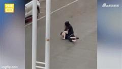 Ngỡ ngàng khoảnh khắc chàng trai bị bạn gái 'đè' ra giữa đường, vả bôm bốp vào mặt