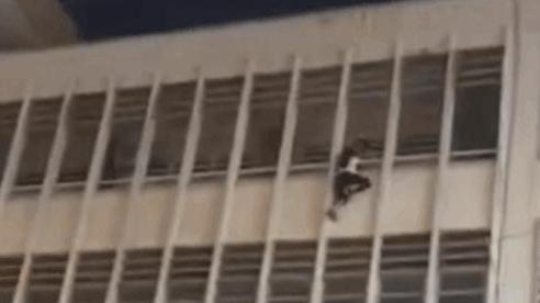 CLIP: Nữ sinh lơ lửng ngoài ban công tầng 4 khiến cả trường la hét và cái kết 'đứng tim'