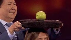 Màn ảo thuật khiến trường quay 'rụng tim': Ảo thuật gia vừa xoay tròn vừa nhắm bắn quả táo trên đầu nữ giám khảo