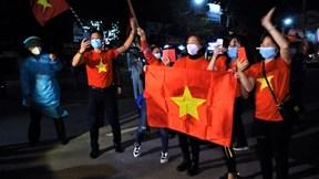 Người dân hò reo vui mừng khi TP Chí Linh gỡ lệnh phong tỏa
